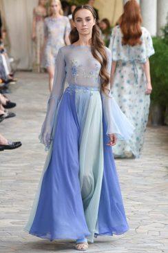 Moda: abiti da cerimonia: irrinunciabile l'azzurro in tutte le sue declinazioni come quello di Luisa Beccaria