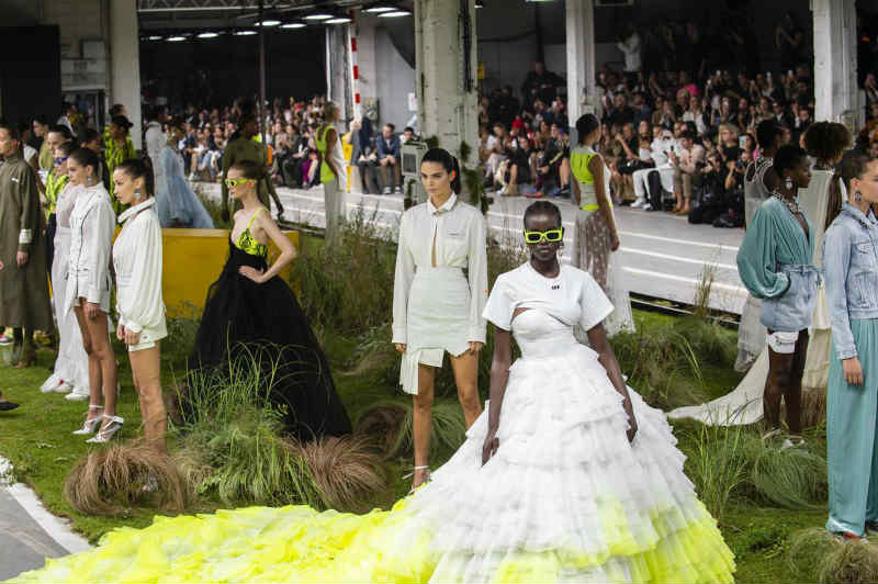 Mame Moda Off-White, Virgil Abloh pensa alla sporty-couture. Alcuni Look SS19