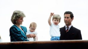 """Il principe Carlo confessa: """"Sbagliai a sposare Diana"""". Una foto insieme a lei e ai loro due figli."""