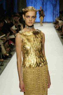 Mame Moda Balmain, grande ritorno nell'Haute Couture. Abito gold effetto piuma