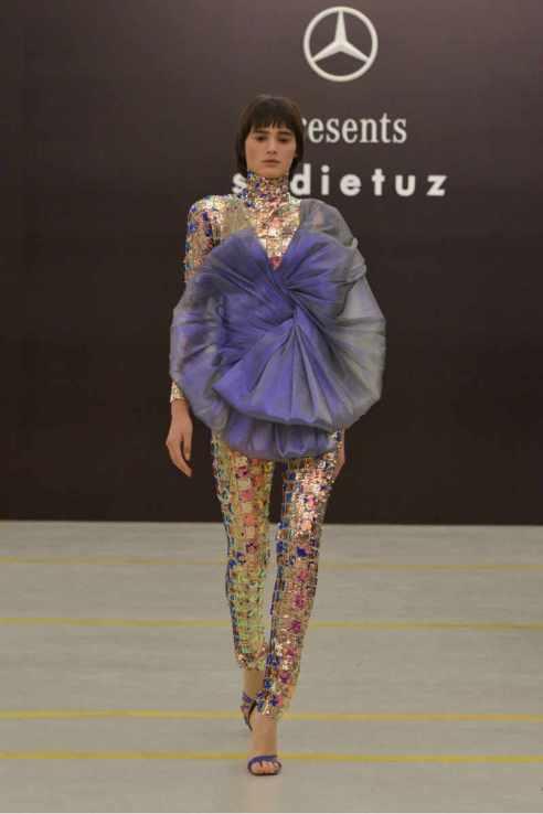 Sudi Etuz grande debutto alla MBFW Tbilisi. Tuta mosaico