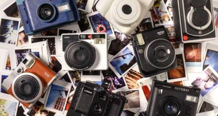 Macchina fotografica istantanea come regalo high-tech di natale
