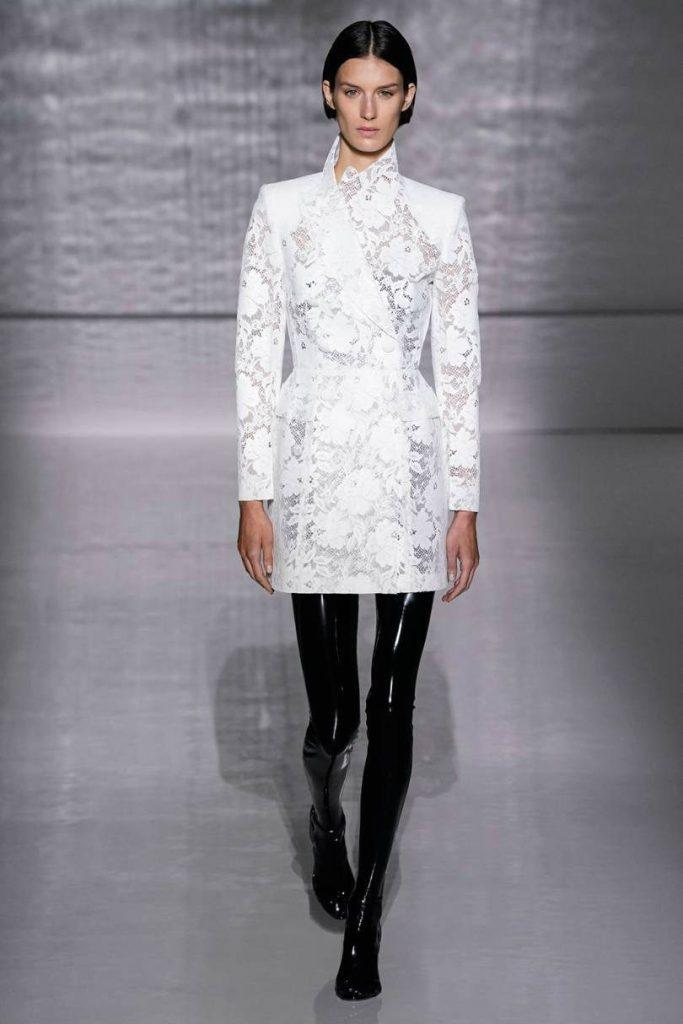 Givenchy Haute Couture, il formalismo notturno. Pantaloni latex