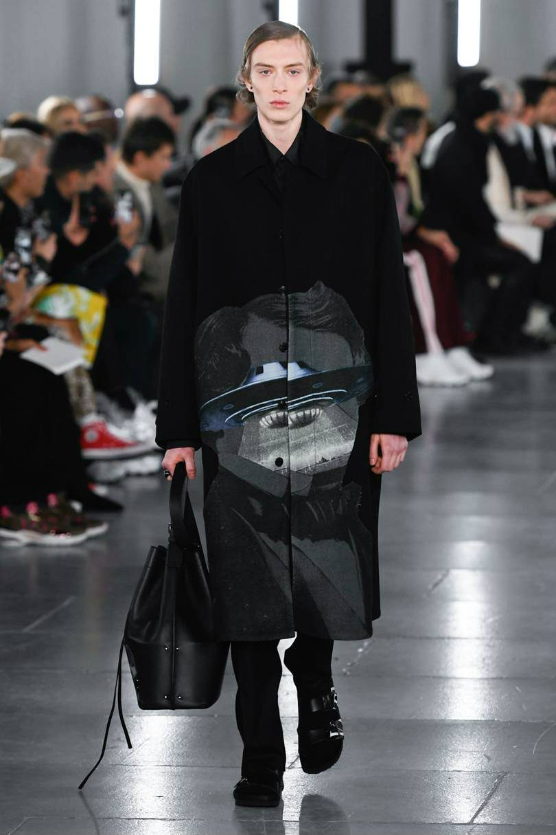 Valentino Uomo 2019 tra street-couture e co-lab. Total look black