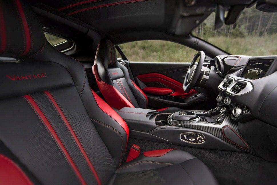 Aston Martin Vantage V8 con tunnel centrale e infotainment