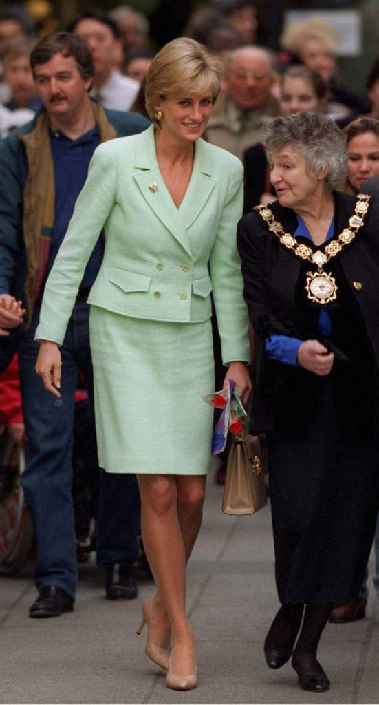 Lady Diana in mostra a Kensington Palace. Diana tailleur verde menta