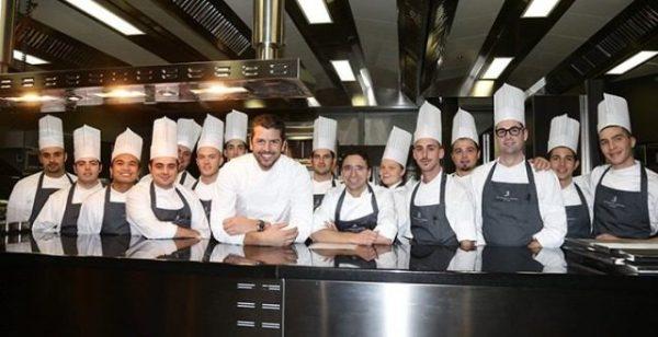 IL NATALE 2019 SECONDO ANDREA BERTON Lo chef stellato Andrea Berton con la sua brugata di cucina