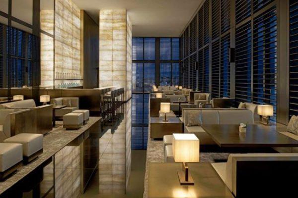 APERITIVO ROMANTICO PER UNA SERATA DI COPPIA All'Armani Bamboo Bar I drink, curatissimi, spesso sono interpretazioni di Martini, come Martini del vespro e Spring Martini.
