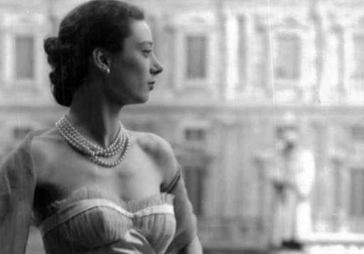 STILE MILANO. Storie di eleganza.Lungo il percorso espositivo la mostra illustra il rapporto tra abito e gioiello dagli anni Cinquanta ai giorni nostri.