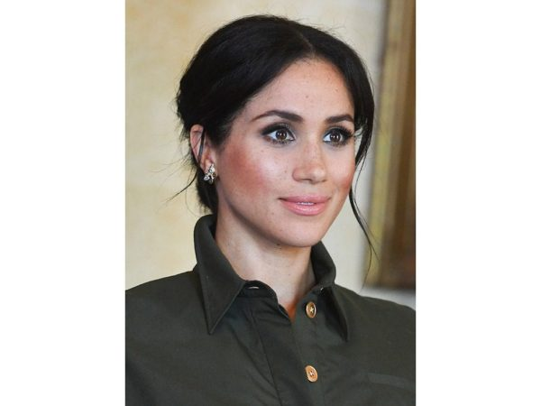 La Duchessa del Sussex conquista tutti con un make up glowy naturale ispirato al look nei toni del cammello e del cioccolato.