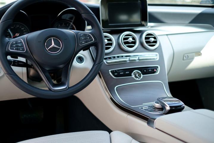 Zatrzaśnięte kluczyki w samochodzie, co robić?