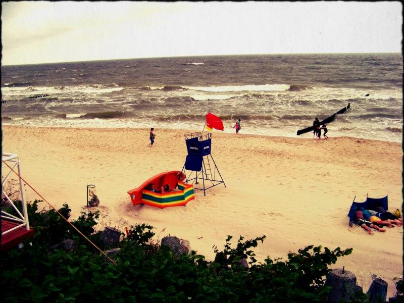 morze plaża czerwona flaga