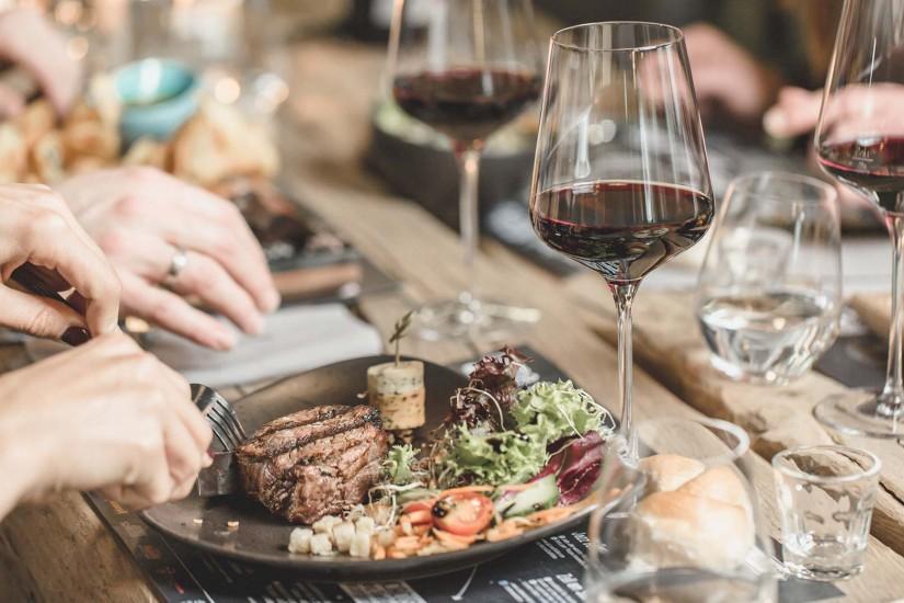 Im Restaurant mit offener Küche kommen am Abend von 18 bis 22 Uhr knackige Salate, feine Steaks, leckere Burger vom Lavasteingrill und Flammkuchen auf die Teller.
