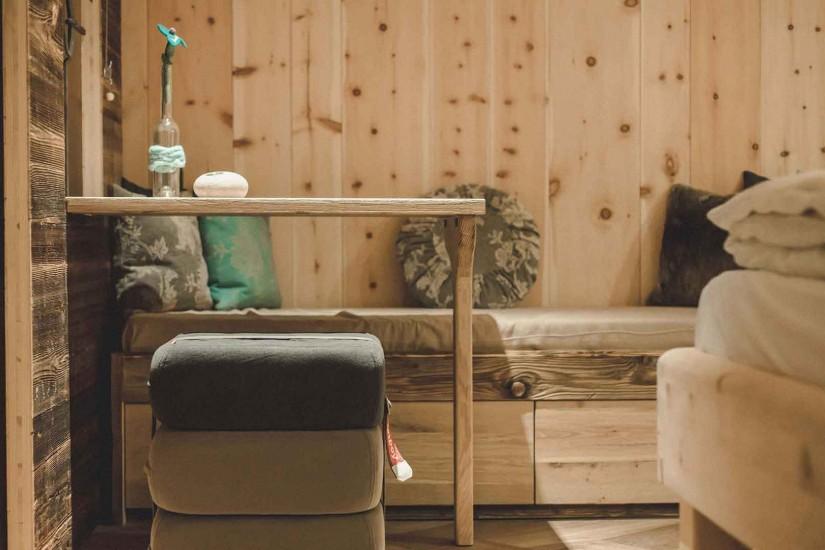 50 Zimmer, alle aus österreichischem Zirbenholz, bieten eine entspannte Wohnwelt, Natursteinwaschbecken und Felsendusche und ein atemberaubender Blick auf die Leoganger Steinberge
