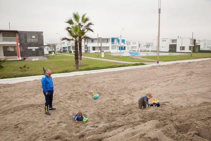 Südlich von Lima gibt es einige Ferienorte mit Wohnanlagen und Häusern, die von den Limeños in den Sommermonaten genutzt werden. Im Winter stehen sie leer. Wir fahren trotzdem hin!