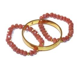 MamaBella AD0002 Vintage Coral Golden RVS Set is een set voor dames bestaande uit twee identieke armbanden gemaakt van vintage koraaal rode (eerder roze) facet parels gecombineerd met goudkleurige bolletjes, alsook een goudkleurige roestvrije armband