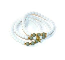 MamaBella AD0005 Summer Beads Set is een set voor dames bestaande uit twee identieke armbanden gemaakt van witte acyrl parels gecombineerd met 3 khaki kleurige acryl parels, enkele goudkleurige bolletjes en is voorzien van een goudkleurig bedeltje met een klavertje aan, alsook een andere acryl armband bestaande uit vooral witte acryl parels met twee khaki acryl parels en enkele goudkleurige bolletjes