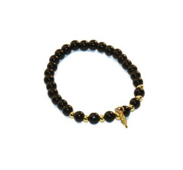 MamaBella AD0015 Lucky Beads is een armband voor dames gemaakt van zwarte glaskralen gecombineerd met goudkleurige bolletjes, voozien van een goudkleurig bedeltje met een klavertje aan