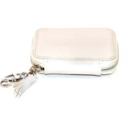 MamaBella AS0002 Sleuteltas Happy is een witte sleuteltas waarin je sleutels kan opbergen. Aan de buitenzijde is ook een sleutelhanger met wit kwastje voorzien