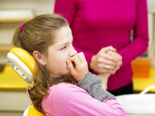 menina com medo de dentista