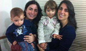 Fabi e Mari com seus filhotes, Serginho e Manu