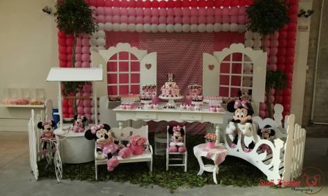 Decoração para festa de menina no tema Minnie com branco e rosa
