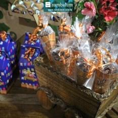 Cones com doces de amendoim decorados em papelaria no tema festa junina infantil