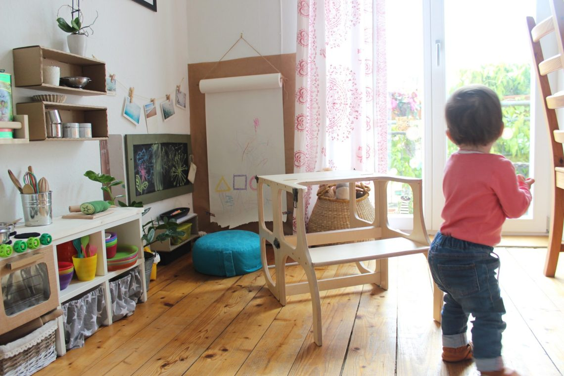 elegir torre de aprendizaje mamá extraterrestre Montessori learning tower Ette Tete torre y pupitre mini cocinita y zona de arte libre