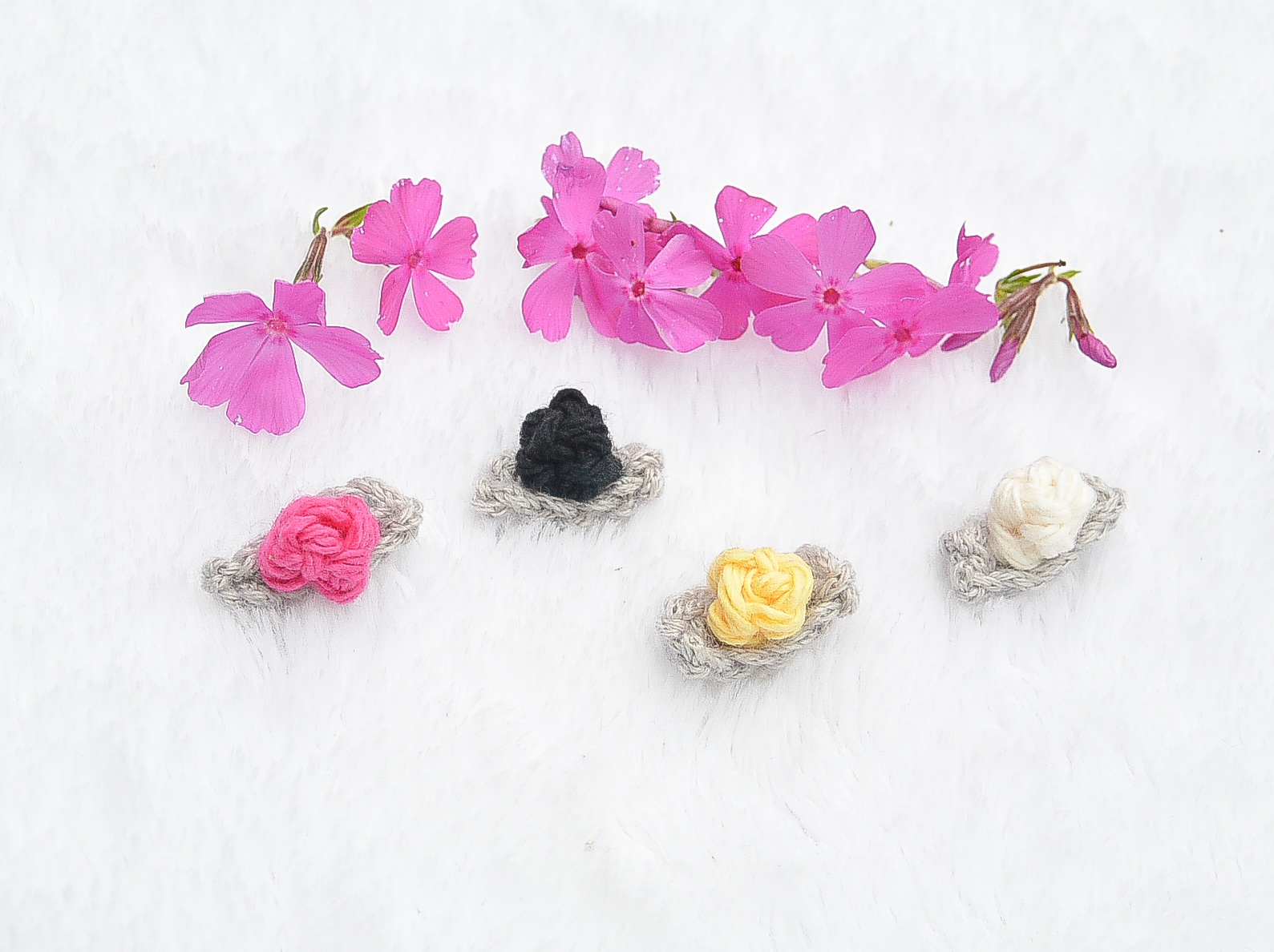 10 crocheted mini flowers light grey