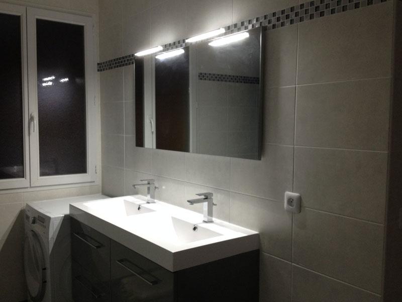 Dcoration  pose dun miroir et dappliques dans la salle de bain  Ma Maison Phenix