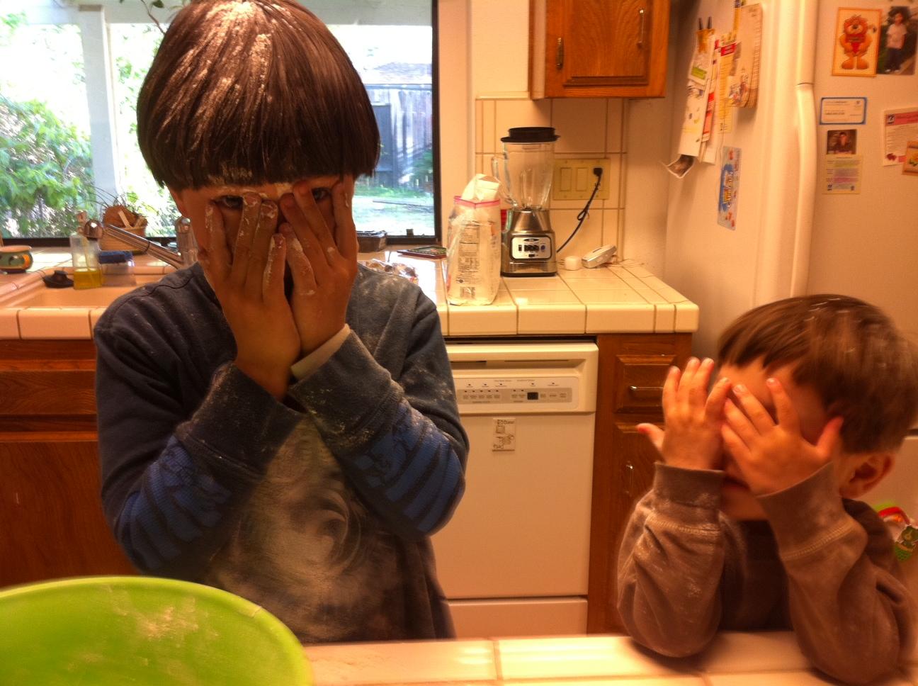 Niños tapándose las caritas con sus manos