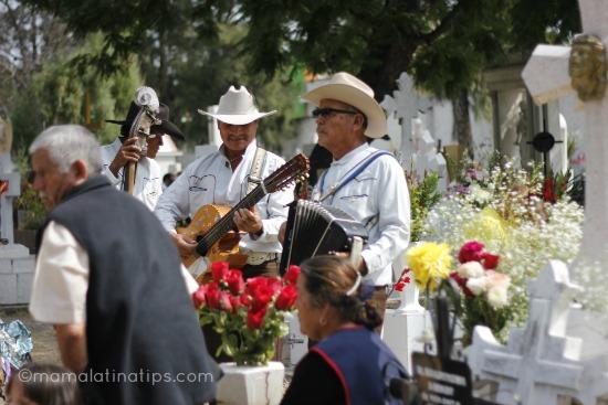 Musicos tocando en un cementerio por dia de muertos