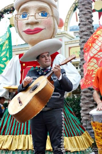 Mrs. Santa y mariachi