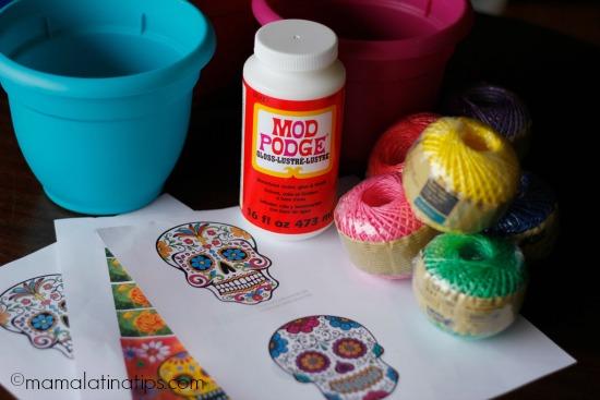 Materiales para crear macetas adornadas con calaveras para Día de Muertos