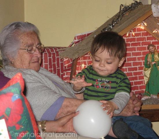 Abuelita con bebé en Navidad