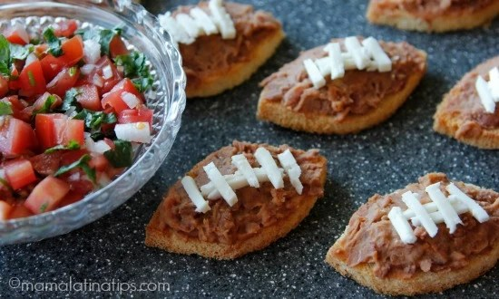 Crostini de tocino, frijol y chipotle - mamalatinatips.com