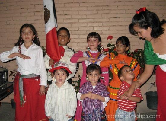 Niños celebrando la independencia de México - mamalatinatips.com
