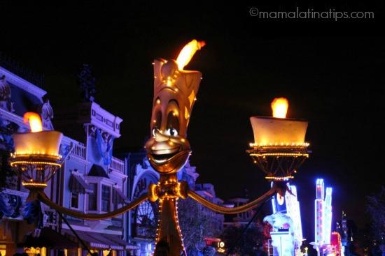Lumiere en el desfile Paint the Night en Disneylandia - mamalatinatips.com