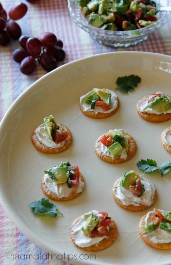 Platón con bocadillos de galletas ritz con tocino, queso crema y aguacate - mamalatinatips.com