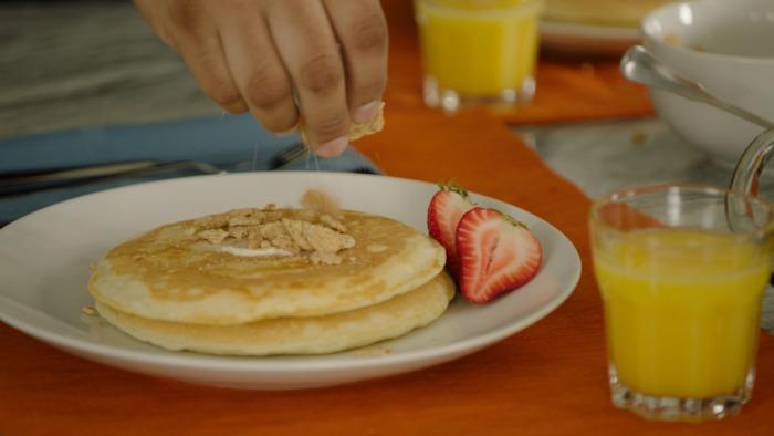 churro-pancakes-espolvoreando-cereal