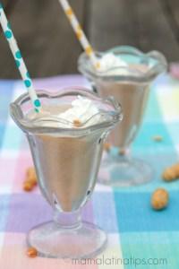 Licuado de chocolate, plátano y crema de cacahuate, un snack rápido, delicioso y nutritivo para los niños - mamalatinatips.com