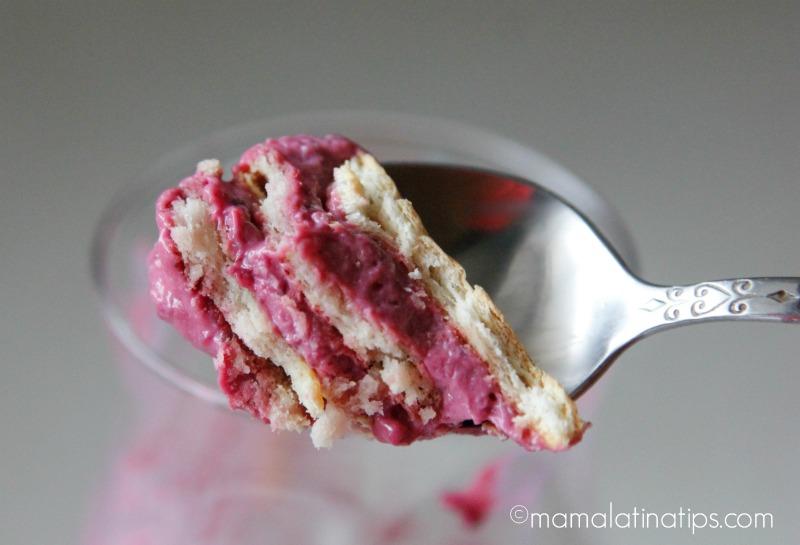 Una cucharada de postre helado de zarzamoras, una rica combinación de zarzamoras, leche la lechera, jugo de limón, crema y galletas Marías.