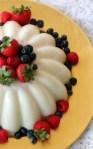 Gelatina de leche con canela y bayas - mamalatinatips.com