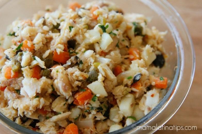 Tilapia con aceitunas, alcaparras y verduras