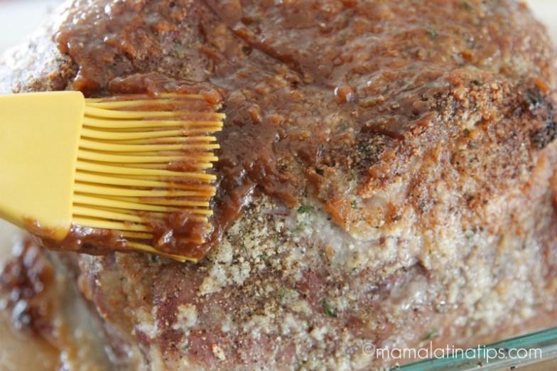 Cubriendo paleta de cerdo con un glaseado de tamarindo - mamalatinatips.com
