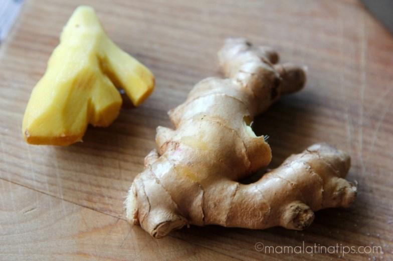 raíz de jengibre fresca, una pelada y otra sin pelar
