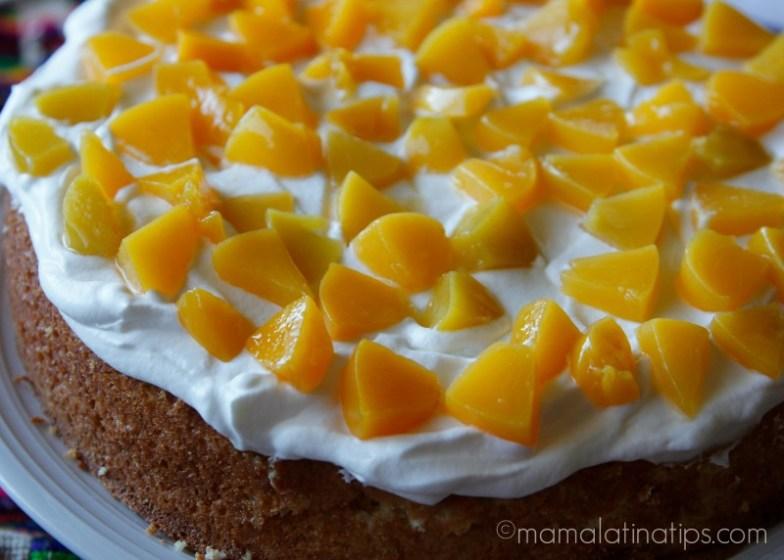 pastel de tres leches con crema para batir y duraznos
