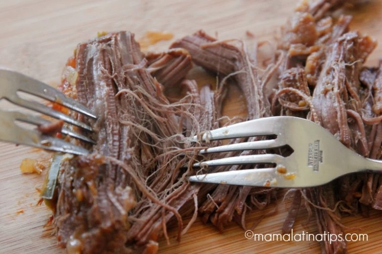 Deshebrando carne de res