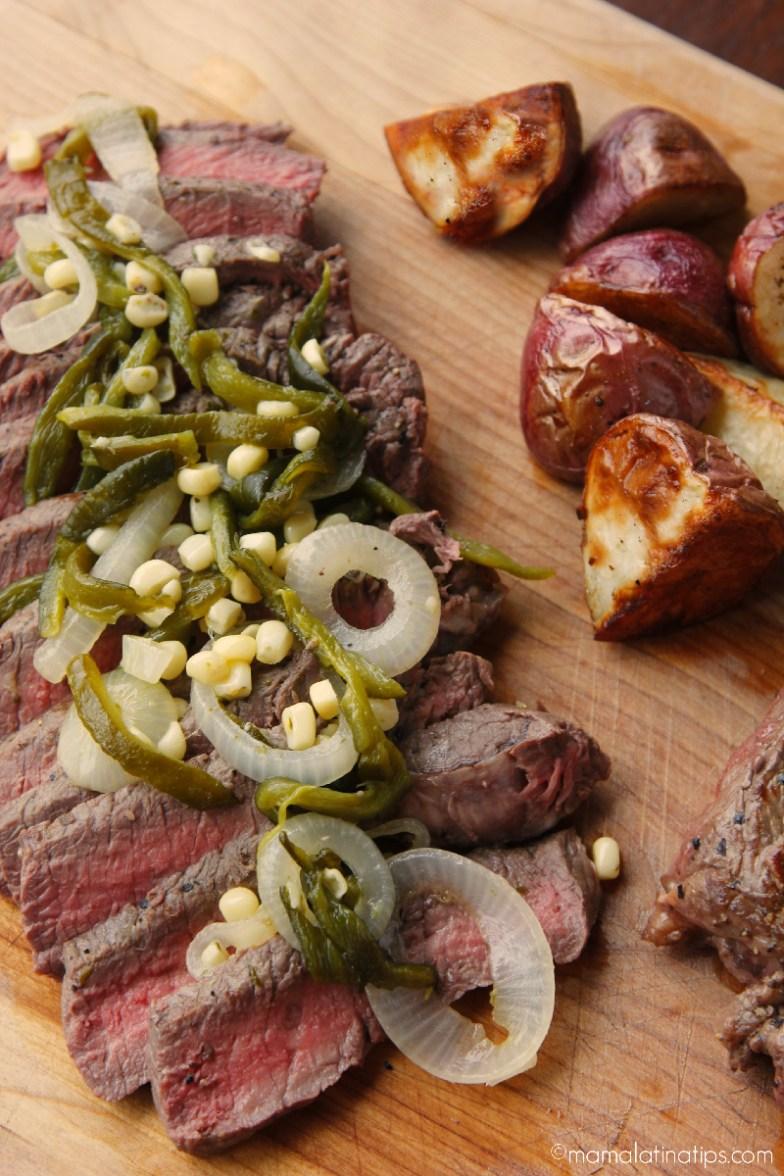 Bistec Angus de res con chile poblano, cebolla y maíz
