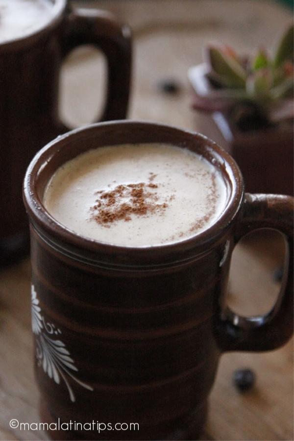 Una taza mexicana de café con leche
